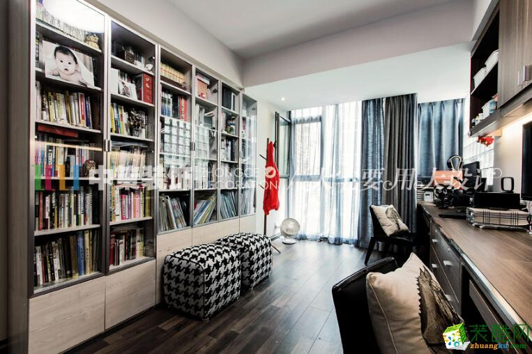 书房也是一个创意满分的个性空间,物品的摆放彰显着浓郁的工业风,棕色的整体壁柜和书桌,又增添了一分沉稳和儒雅。书桌上看似凌乱,实则有序摆放的电子产品,突出了主人的个人爱好;玻璃书柜墙里各式各样整齐摆放的书籍和对面书桌形成强烈对比,质感凸显。深灰色的窗帘搭配,使得整个书房更加简约质朴。