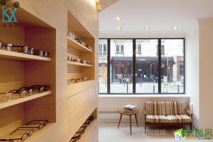浅色木材设计的眼镜展柜,昆明眼镜店装修案例!