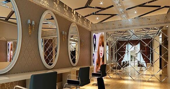 理发店和家庭装不同之处便是,理发店里面的装修灯具挑选对后期的装修效果有很大的影响,我们在装修时要根据自己理发店的特色来选取灯饰。理发店里装修注意要有自己的特色,镜子可以多个形状,比如上图就是椭圆形,在不是单调的方形。可能改变一个形状就会让客户感觉很好。 4、天花板 优雅搭配理发店装修风格+家具搭配