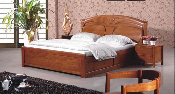 一、实木床品牌区别大 成品家具很大部分就是在卖品牌,各品牌之间差距很大,品牌也实在是多。 华日实木床:华日的产品强调崇尚自然,返璞归真。以粗犷原始的北欧风情为主导风格,实木床都带有缜密饿原始木材纹理,透甚至以独特的不规则的原始原木形状作为实木床外形,故意外露的榫卯可谓匠心独运。特别适合喜欢粗犷风的消费者。 光明实木床:近年来,光明生产的实木床主要走美式家具路线,其产品飘逸着一股浓郁的美式家具风味,设计注重其风格、主题和格调,力求表现木材的天然、自然的美。价格上来说,光明定位是在国内外高端市场,所以价格