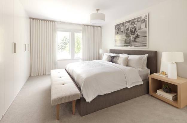 全室重铺木地板增添温馨感,而在卧室的衣柜上,通过大琚设计将镜面藏