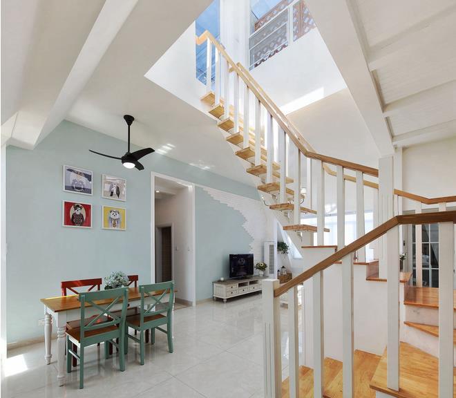 沙发后面是楼梯设计