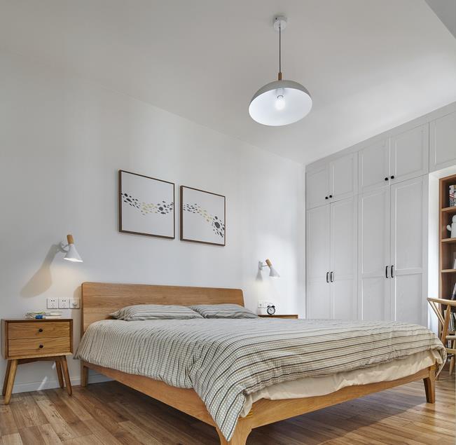 儿童房:依然是以白色为空间打底,加入原木的轻韵味,打造出一个自然有生态气息的房间。床头的画是小主人自己创作的,设计师就地取材,搭配北欧风鹿头装饰,形成了一组错落有致的床头装饰。还有超实用的小榻榻米窗户。