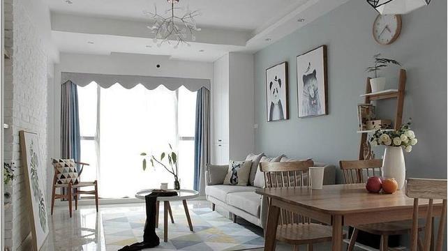 客廳也是簡單布藝沙發,電視背景墻只是簡單的文化小白磚.