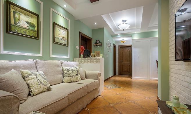 二、25万整装75平美式风格装修案例 1.美式客厅装修 75平米的面积做成三居室实在是不容易,面积相当不够用。这个客厅就是改造后的客厅,之前这个位置是原来的厨房。木线条、墙纸、白色混油造型饰面、石膏线条、仿古砖等美式风格元素相当和谐。