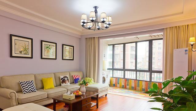 客厅阳台是色彩非常跳跃的手工地板砖,艺术感十足,阳台也打了柜子图片