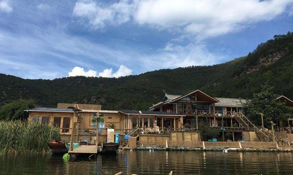 整个客栈采用传统的木式建筑,木质材料构造充满了田园风情.