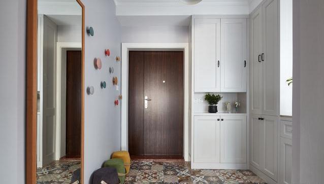 大大的玄关,地面的花砖犹如盛开的花朵,在灰色墙面的衬托下,又显得图片