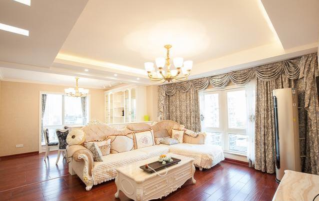 欧式沙发,茶几,窗帘,全屋通铺木地板,整个客厅很大气温馨.