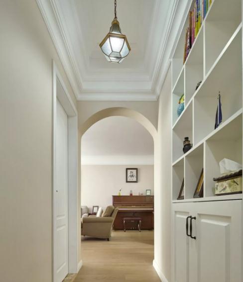 拱形垭口的过道走廊,设计半开放式储物柜,成为家居杂物重点收纳区.