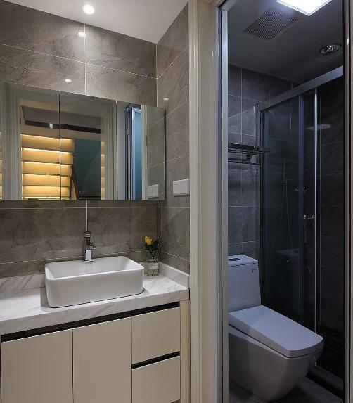 厨房大理石瓷砖搭配木纹橱柜,空间干净利落.
