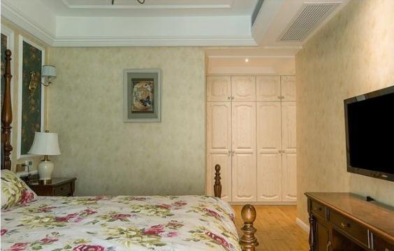 墙纸上的石膏线吊顶,仿让卧室看起来更加宽敞.蓝天白云天花背景图片