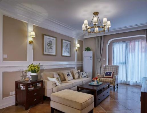 深咖色墙面搭配白色线板作沙发背景,点缀装饰画与一对壁灯.图片